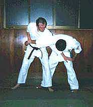 Photograph 3. Controlling the opponent's left hand, apply pressure to the Golgi receptors at the back of the tricep tendon (kyusho name hiji-tsume, TW-11), and
