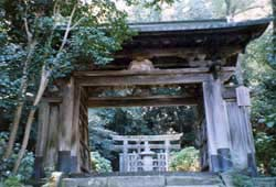One of the famous gates of Gesshoji, with a grave monument visible in the background.